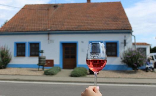 Večerní posezení ve vinařském dvoře s cimbálem a víny z Vinařství Fuzgrunty