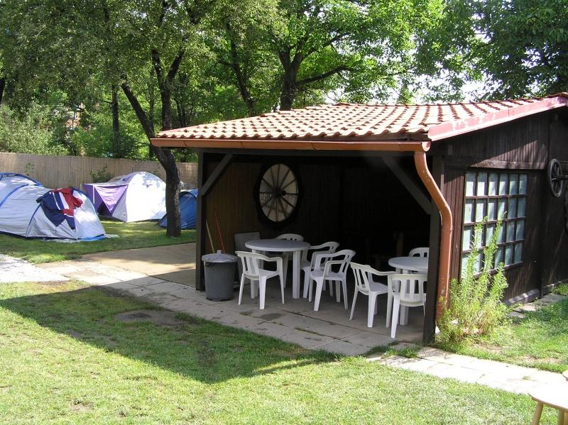 Kemp s posezením, ubytování v karavanech, stanech i pokojích