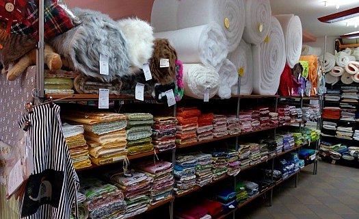 Bohatý výběr látek, záclon i textilu, prodejna v Rychnově n. K.