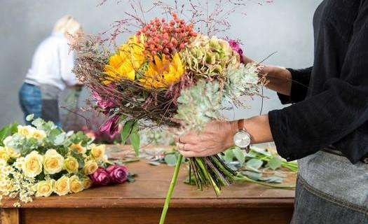Floristické služby Praha, vázání svatebních kytic, čerstvá květinová výzdoba, květiny na stůl