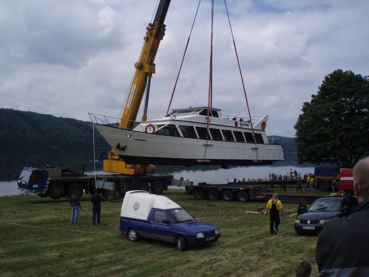 Vyprošťování lodí a vlaků, přesun těžkých břemen autojeřáby