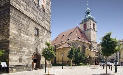 Restaurace u Jindřišské věže Praha, posezení na zahrádce, česká i zahraniční kuchyně, akce