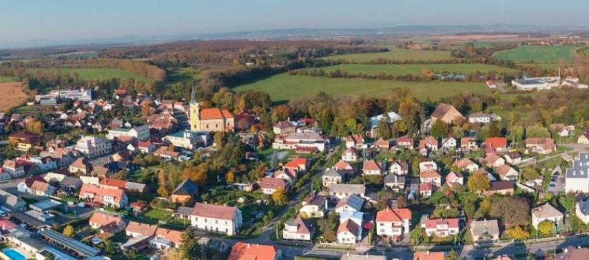 Obec Smidary nedaleko Nového Bydžova v Polabí