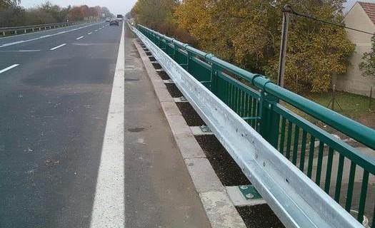 Dopravní značení Děčín, oboustranná svodidla se sloupky