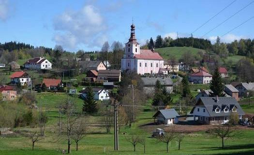 Obec Dobřany v Královéhradeckém kraji, barokní kostel sv. Mikuláše