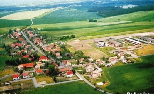 Obec Rohenice okres Rychnov nad Kněžnou, dřevěná zvonice, socha sv. Jana Nepomuckého