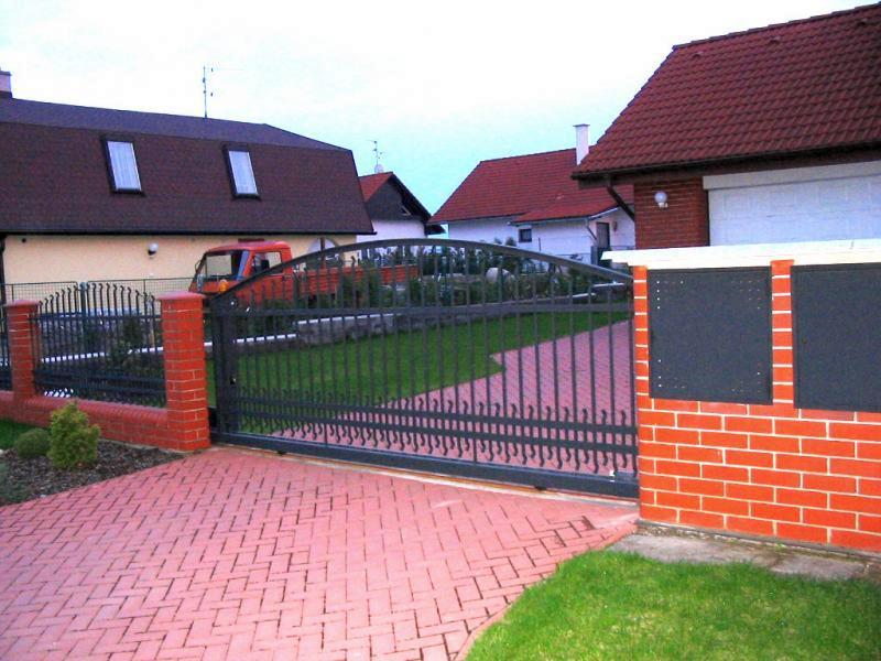 Vjezdové pojezdové brány - posuvná brána na kolejnici