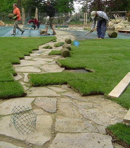 pokládka kobercových trávníků