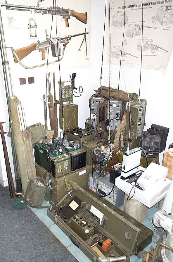 Prodej polní lopatky, kotlíky, sekery, vojenské deky, radiostanice