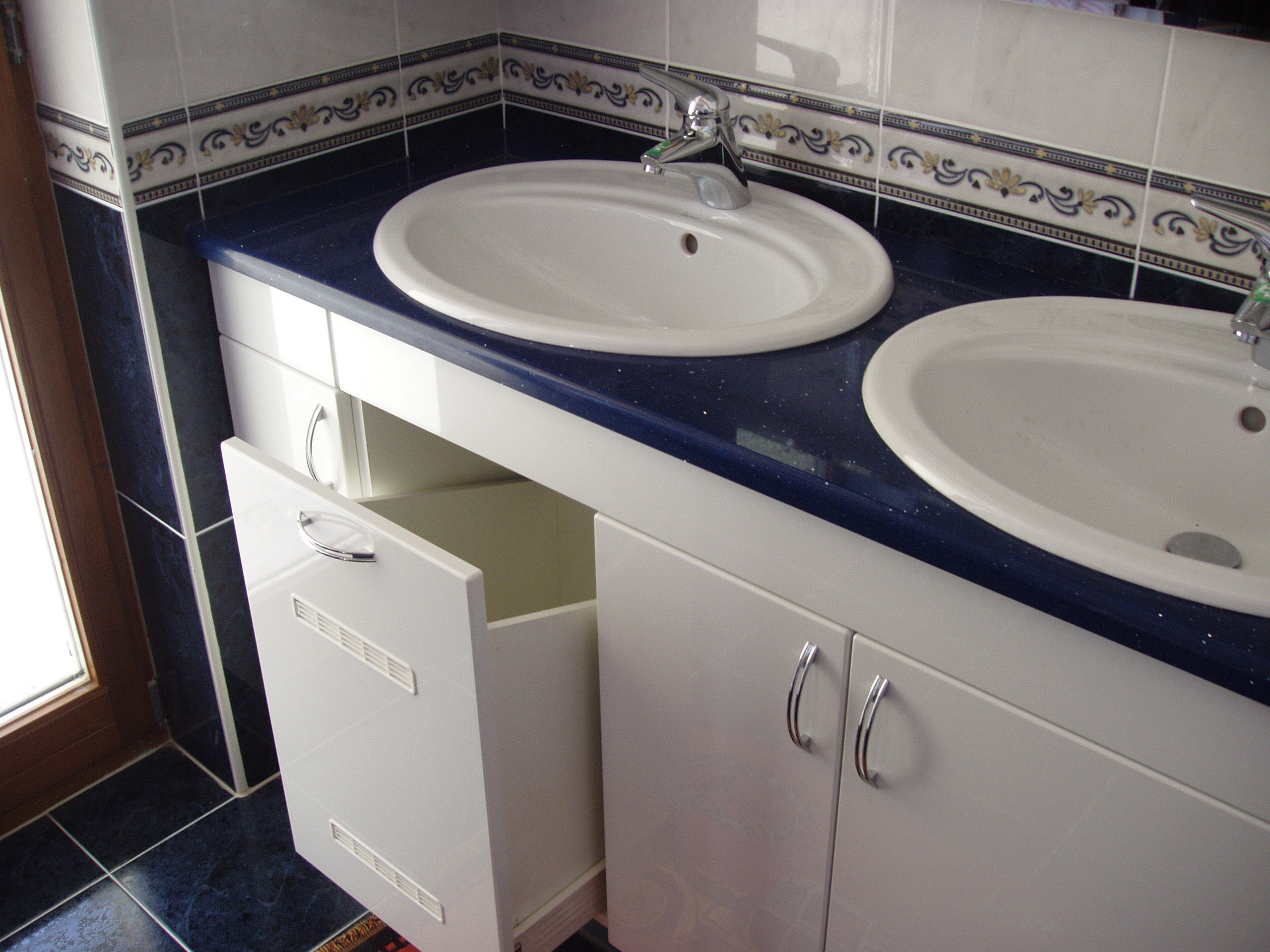 Dodání a montáž koupelnového nábytku, kvalitních koupelnových doplňků.