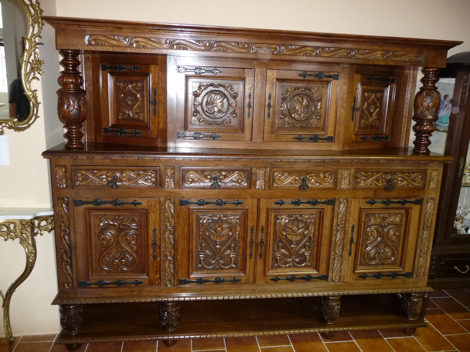 Sale of old and stylish furniture.