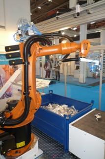 Vybírání předmětů  z kontejneru průmyslovým robotem Praha, Olomouc, Velká Bystřice