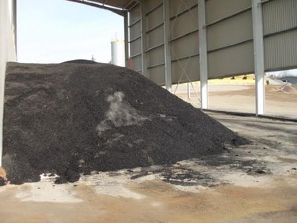 Výroba obalované směsi asfaltem pro výstavbu a opravy komunikací.