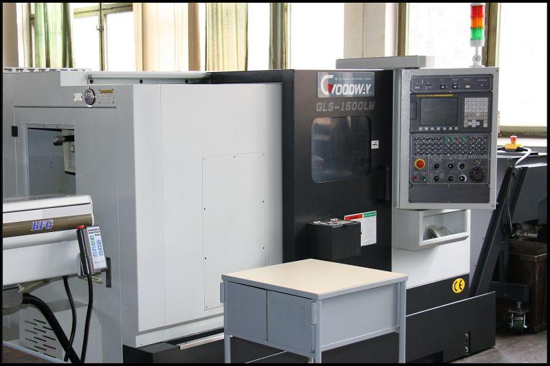 jednovřetenový CNC soustruh s poháněnými nástroji