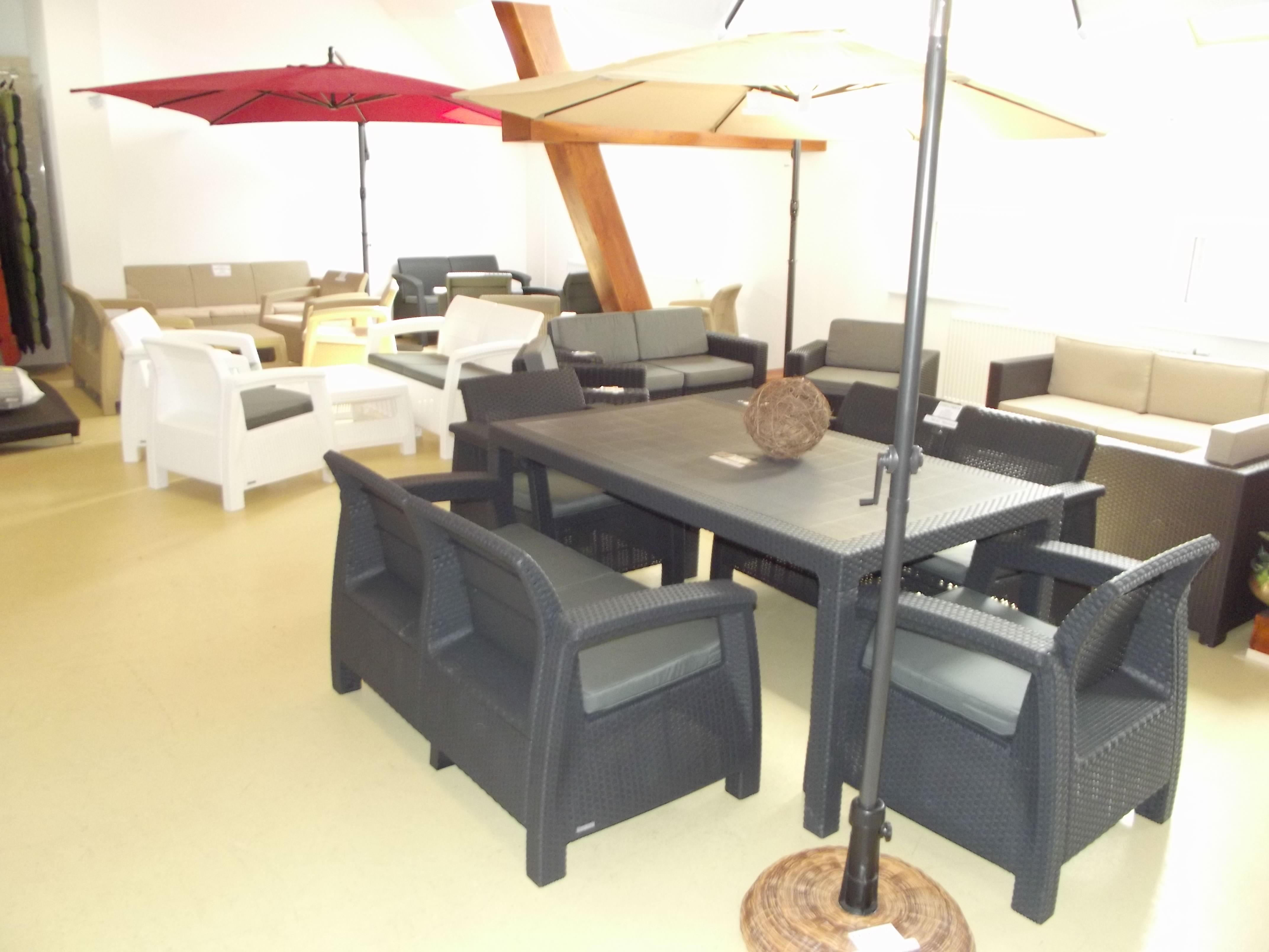 Zahradní nábytek z ratanu, dřeva i plastu