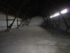 nová asfaltová podlaha v zemědělské hale
