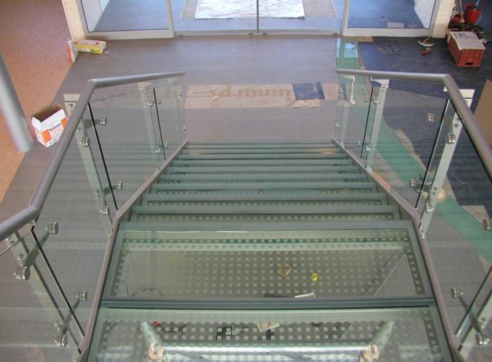 Skleněné schody a zábradlí