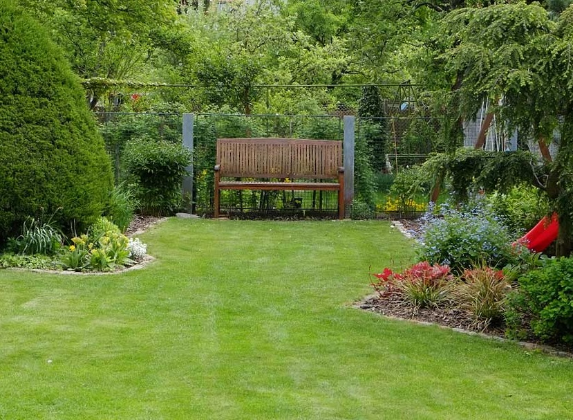údržba zahrady - sečení trávníku, stříhání živých plotů