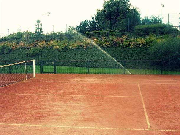 zavlažování tenisových kurtů