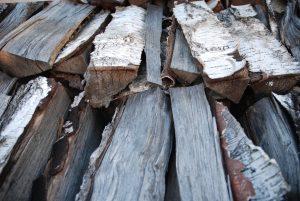 řezání a štípání dřeva na polínka