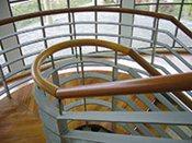 Výroba dřevěných madel, madla do objektů na míru, profilová a kruhová madla za výhodnou cenu!
