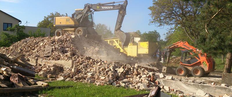 Búranie, demolácia, výkopy základov stavieb, domov Zlínsky kraj, ČR