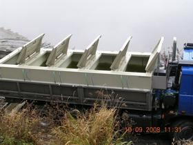 Malé i velké plastové nádrže na ryby a odchovné žlaby v různých velikostech