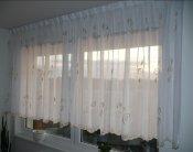 Voálová záclona s celoplošnou výšivkou