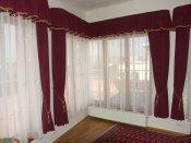 Záclona s celoplošnou barevnou výšivkou