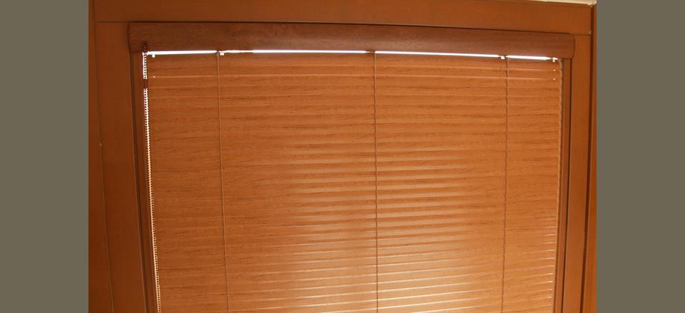 Celostínící horizontální žaluzie v dekoru dřeva