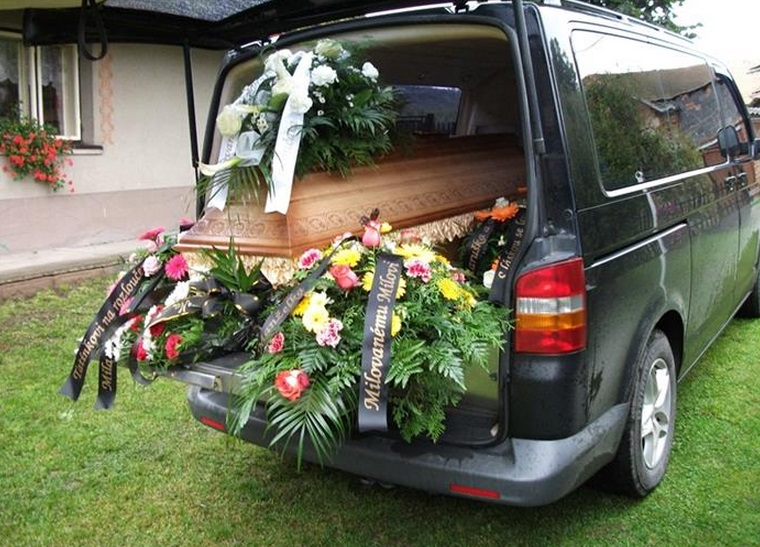 Máme velký vozový park, a tak zajistíme bezpečný převoz zesnulého
