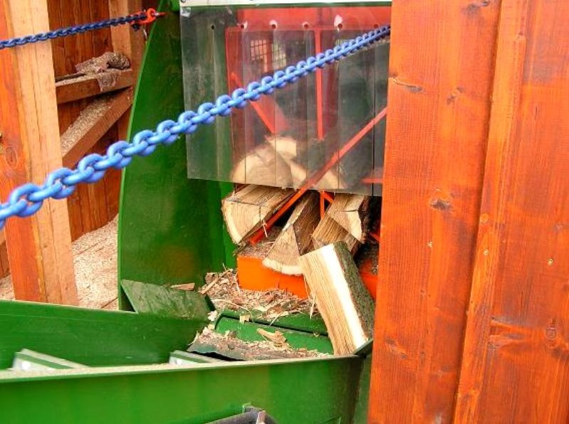 U nás najdete štípané dřevo různé kvality i rozměrů.
