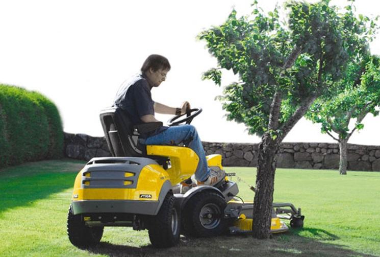 Mimo sekaček nabízíme i křovinořezy, pily nebo traktory