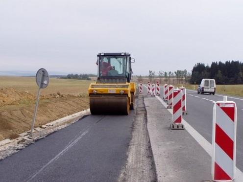 Stavba pozemních komunikací pomocí moderní techniky.