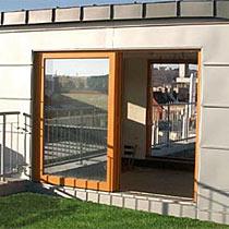 Prosklené fasády z dřevohliníku, zdvižně posuvné stěny - moderní řešení bezbariérového vstupu na terasu