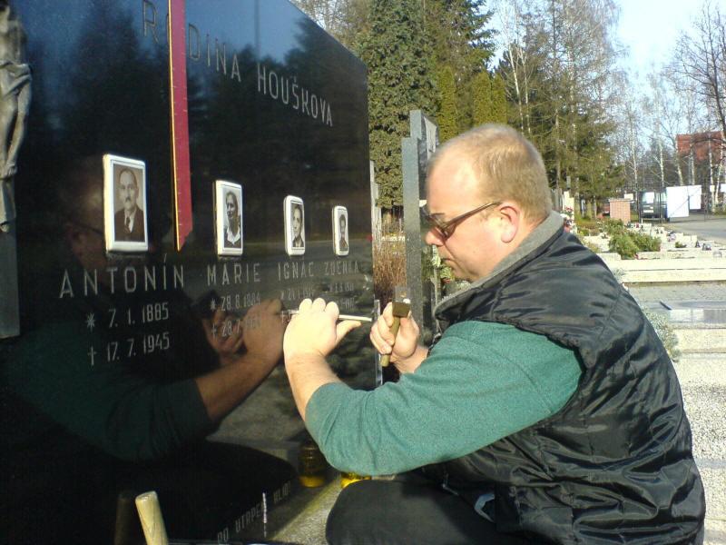 Sekání nápisů do kamene, kamenické práce, výroba nových pomníků