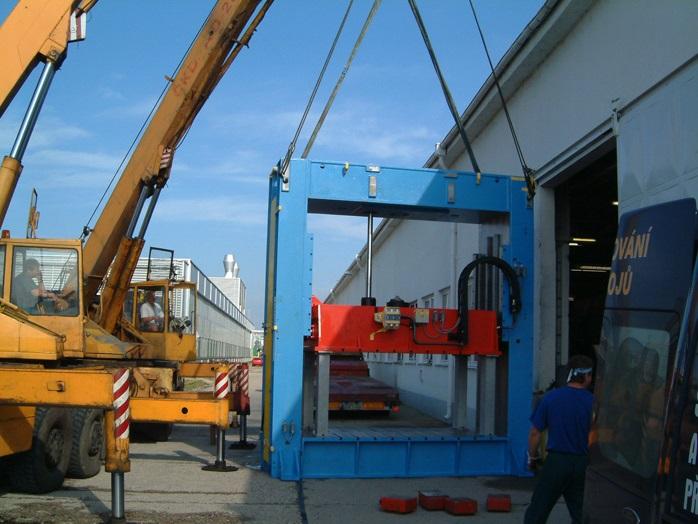 Zajistíme stěhování strojů až do osmdesáti tun.