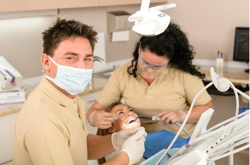 Zahnaufhellung und unsichtbare Zahnspangen in der Zahnarztpraxis DENTAL OFFICE H33 Prag, Tschechien