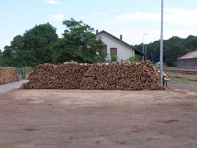 Prodej palivového, krbového dřeva a briket na topení Hrušovany nad Jevišovkou