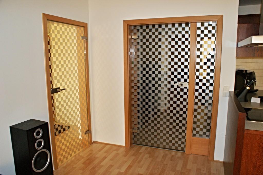 Celoprosklené dveře v dřevěné zárubni