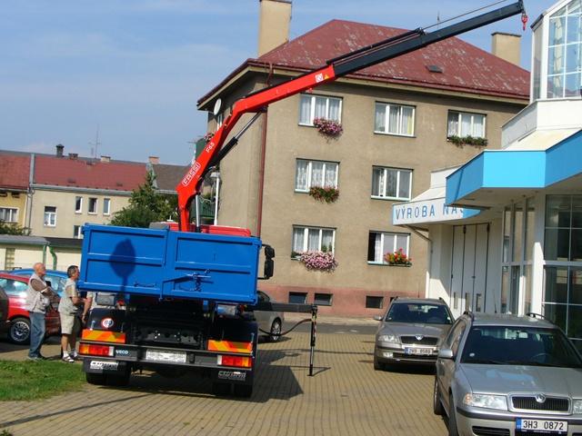 Nosič kontejnerů s hydraulickou rukou