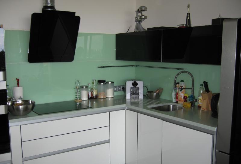 Skleněné obklady kuchyní jsou moderní a praktické.