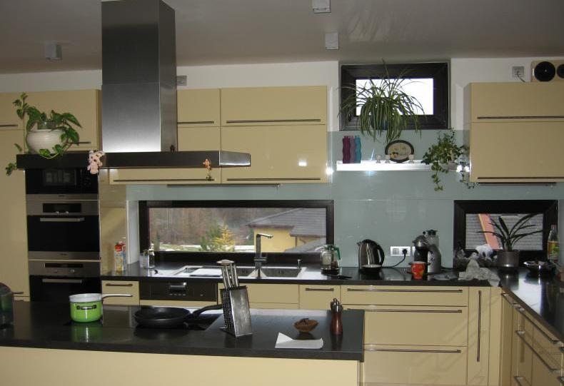 Skleněné obklady kuchyní se snadno udržují.