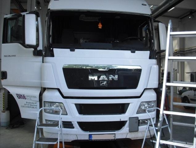 Opravy čelního skla provádíme u osobních aut, náklaďáků i autobusů.
