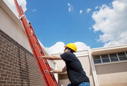 Kontrola žebříků pro bezpečnost na pracovišti bez rizika úrazů