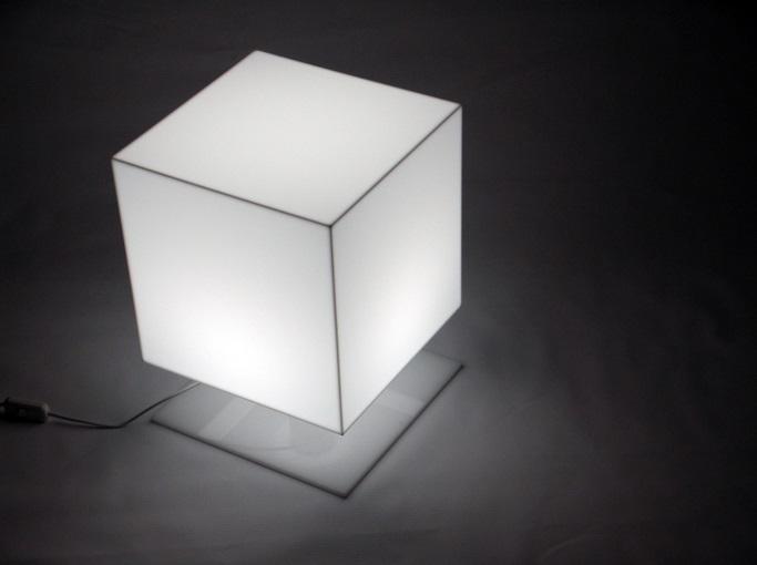 Plexisklo, odolný materiál s mnoha možnostmi využití Praha