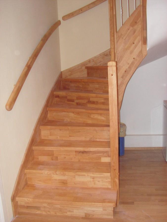 Obklad schodiště beton - hevea cinkovaná spárovka