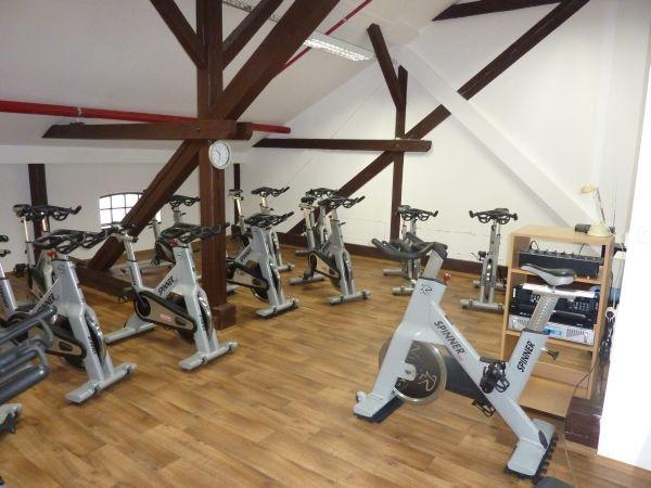 Posilovna, fitness, cvičení, aerobic, spinning