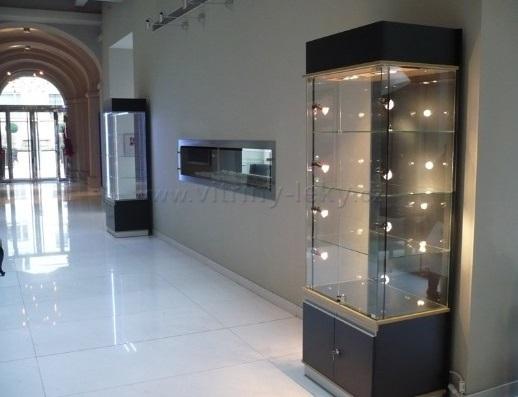 osvětlené vitríny