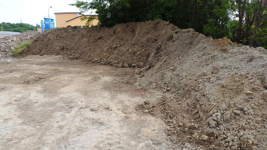 Prodej zeminy a hlíny pro úpravu terénu včetně dopravy